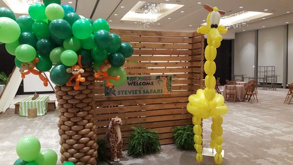 Balloon brick weave tree wit organic canopy and giraffe